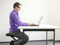 Haltung bewahren: Wer viele Stunden im Sitzen verbringt, sollte nicht am Schreibtisch lümmeln.